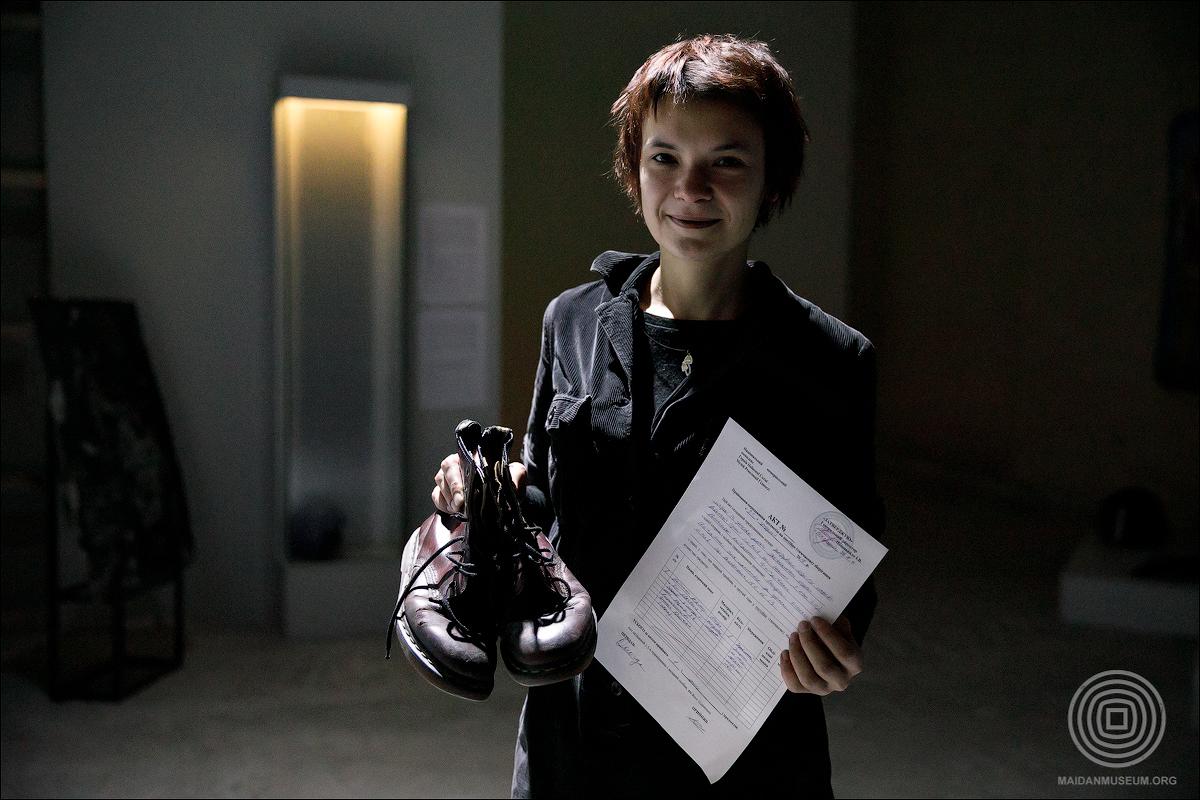Олена Оногда, учасниця Революції Гідності, передала музею свої закіптюжені черевики, в яких перебувала на Євромайдані